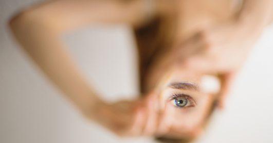 mulher em busca da sua essência olho destacado