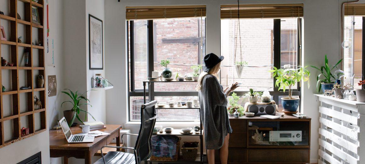 mulher no seu lar em sala bem decorada