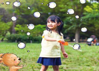 gentileza, criança solta bolhas